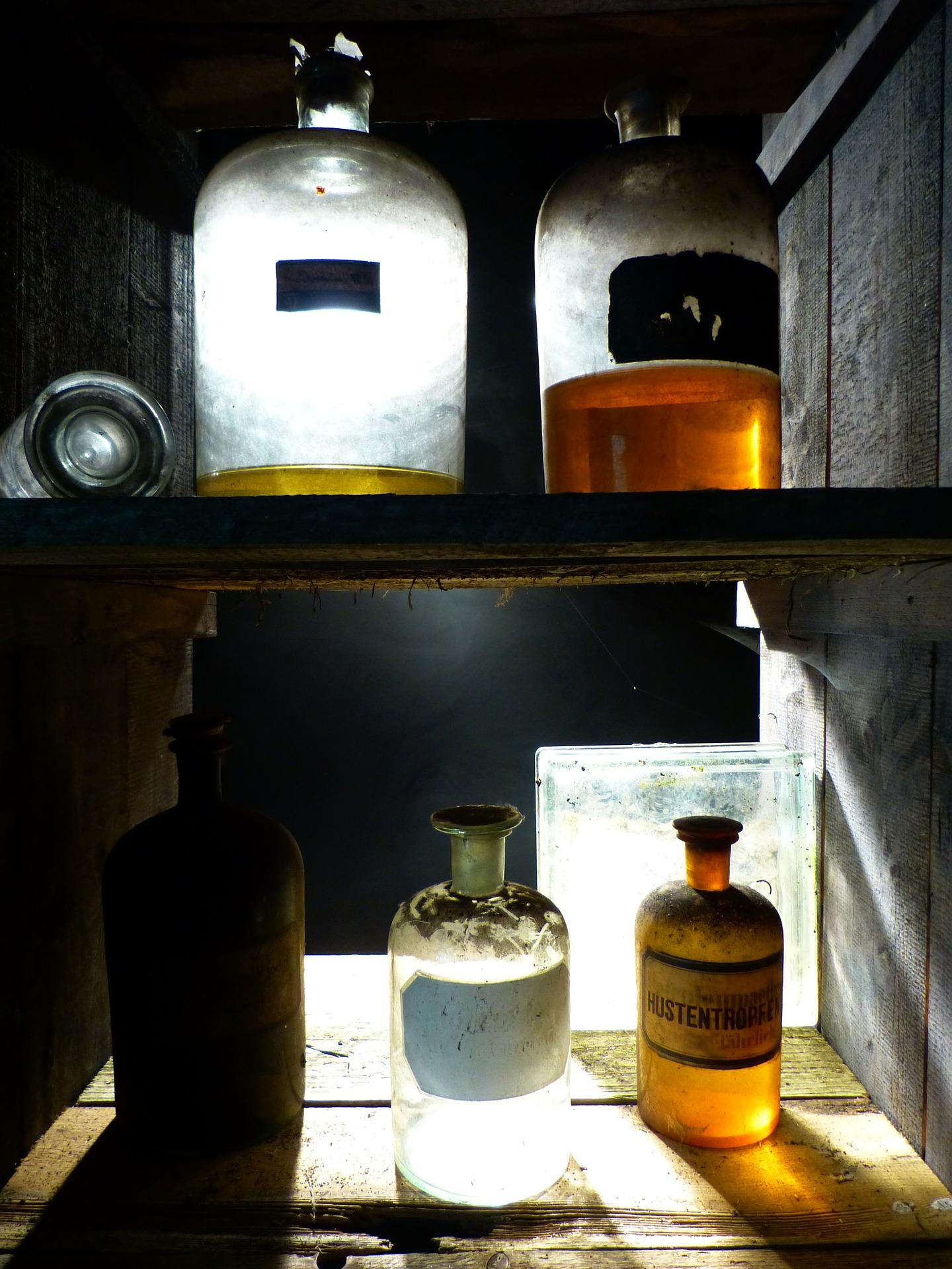 scaffali con contenitori di vecchia farmacia