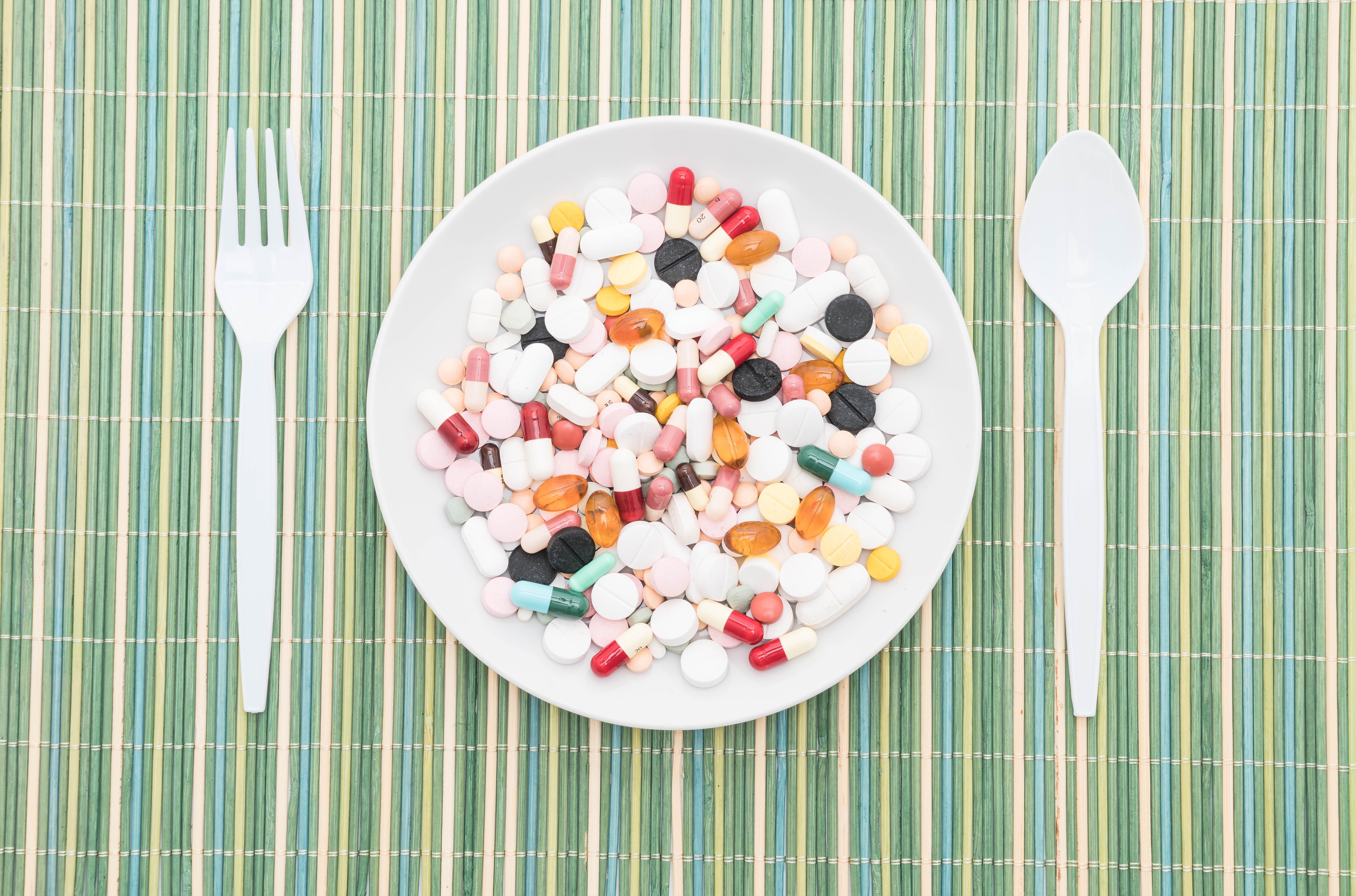 Piatto di porcellana con pastiglie al posto delle pietanze