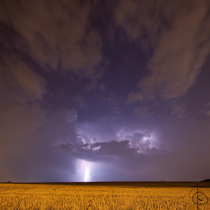 Fulmine con cielo nuvoloso