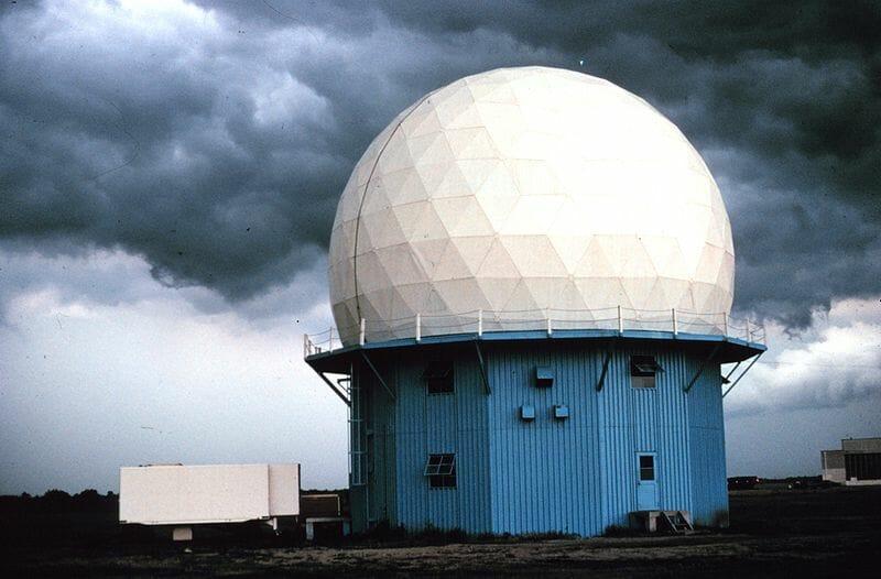 Doppler radar con nubi di sfondo.