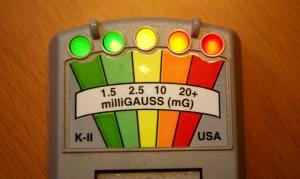 K-II EMF Meter con cinque LED accesi