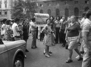 Popolo in piazza a Napoli nel 1973 che richiede il vaccino contro l'epidemia di colera.